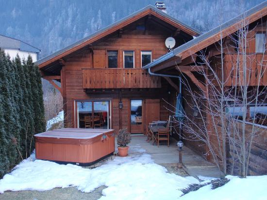 Chalet Chocolat : Hot tub and patio