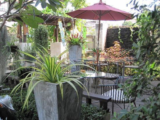 Mandala House: petite terasse de l'hotel
