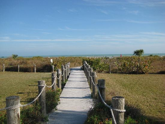 Sanibel Inn : Path to the beach