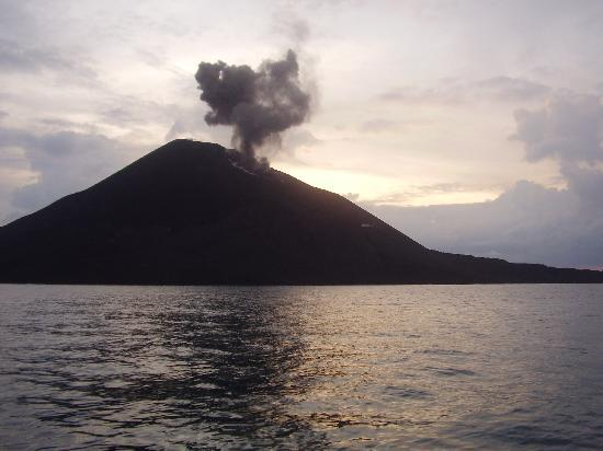 Java, Indonesien: Krakatau smokes