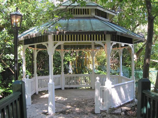 Sundy House: gazebo