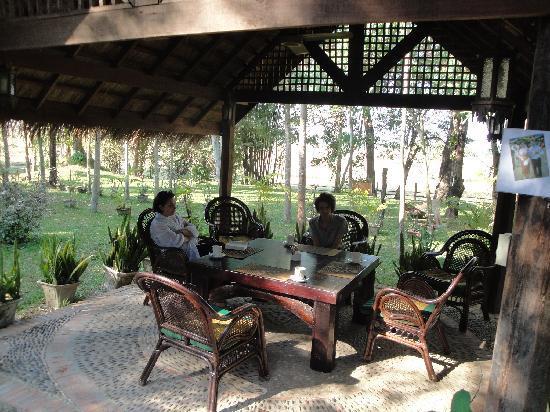 Ban Sufa Garden Resort : breakfast parmi les fleurs