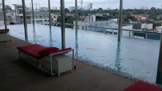 Morrissey Hotel Residences: Infinity pool with a panaromic view of Jakarta!