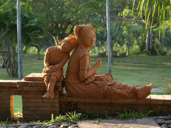 Huai Khum Resort: The statues