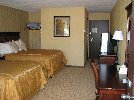 Water's Edge Inn: A Lakeview Double Room