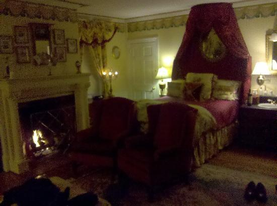 Inn by the Bandstand: Perfect Room and Gas Fireplace too!