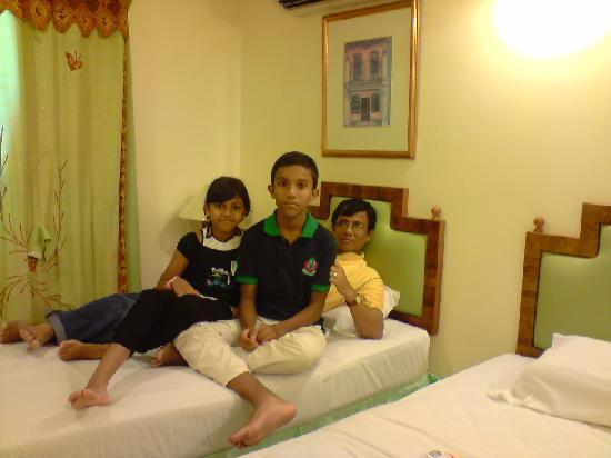 Travellers Lodge: Inside the room with my children