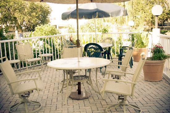 Rodeway Inn: Patio area