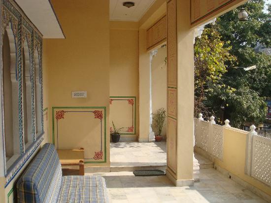 Hotel Bani Park Palace: front porch