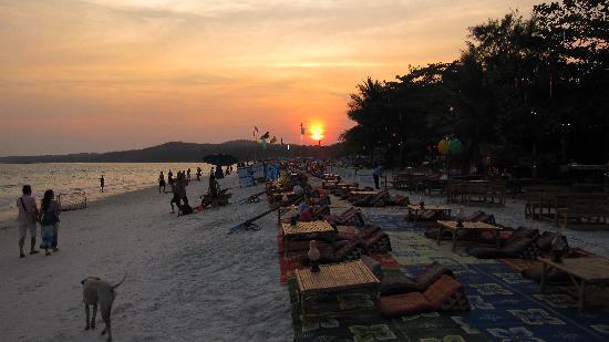 Saikaew Villa: Coucher de soleil sur la plage
