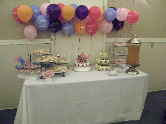 Heritage Inn: Cake table