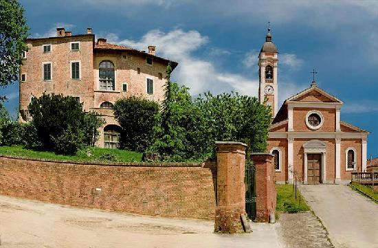 La Corte San Michele: Il castello e la chiesa dalla piazza