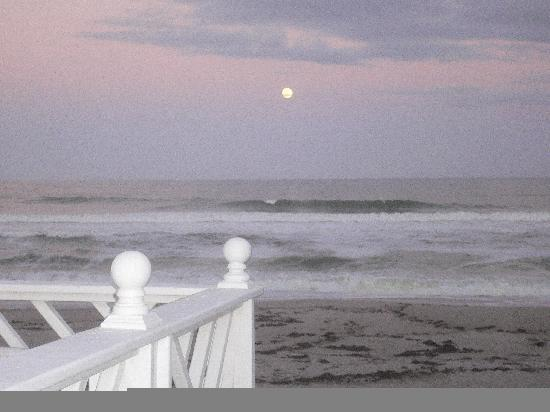 Windemere Inn by the Sea: Moon rise over the ocean