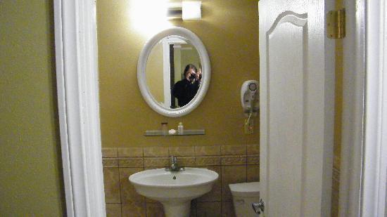 Regency Inn & Suites: bath area nice clean tile
