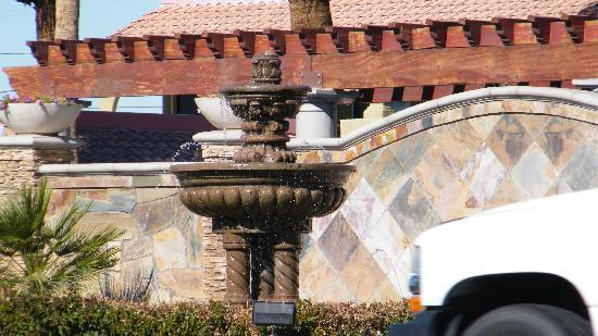 Regency Inn & Suites: nice fountain out front