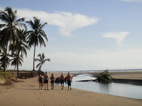 Playa Las Tortugas: Beach walking and adventures
