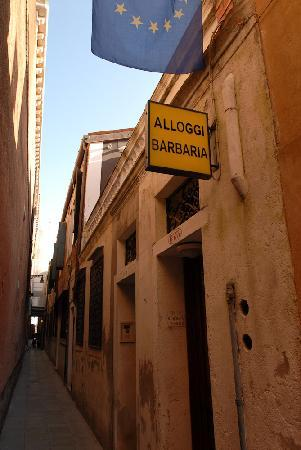 Alloggi Barbaria: Hotel is on a narrow Venetian Street