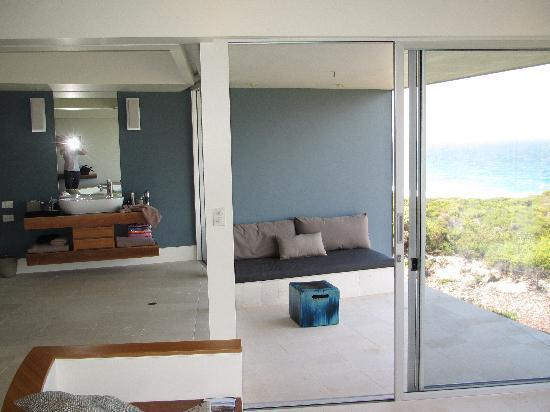 Southern Ocean Lodge: Bathroom and outdoor area