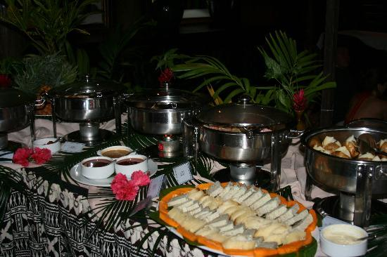 Namale Resort & Spa: traditional sand pit cooked meal