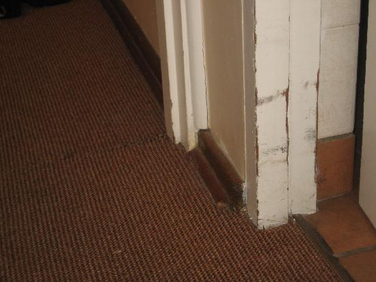 Brookes Hill Suites: Dirty floors and walls