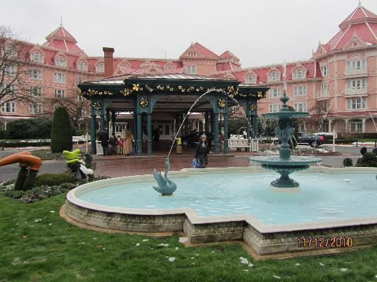 Disneyland Hotel: La puerta principal