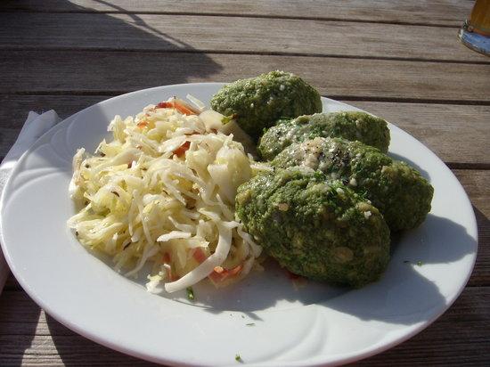 Baita Sofie : Canederli agli spinaci e burro con contorno di crauti e spek