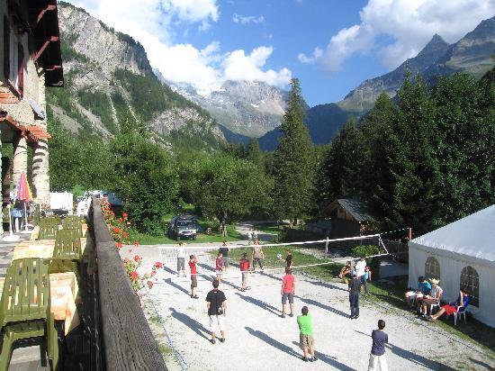 Camping caravaneige Les Lanchettes : volley ball sur le terrain