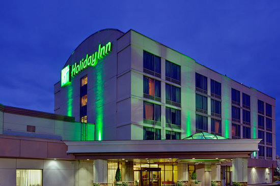 Holiday Inn Barrie Hotel & Conference Centre: Exterior at night