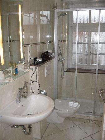 Ölmühle Hotel-Restaurant: Spotless bath.