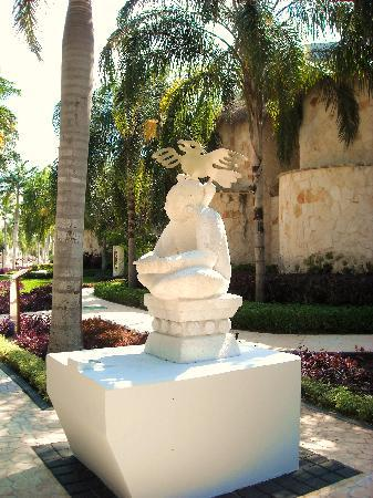 Grand Riviera Princess All Suites Resort & Spa: Mayan statues throughout resort on all main walkways