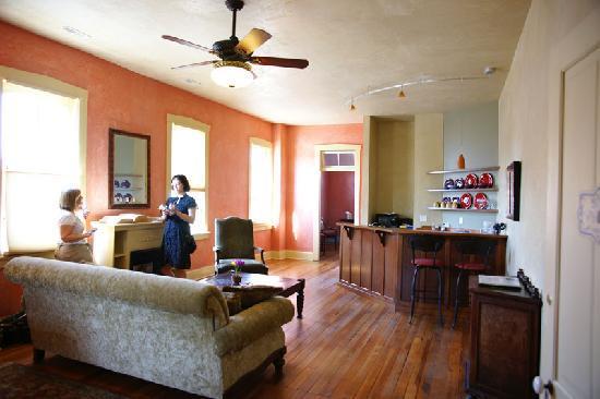 Schiller Guest Suites: The Library Suite - spacious!