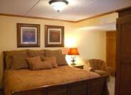 Mountain Village Inn Condominiums: Bedroom with king bed