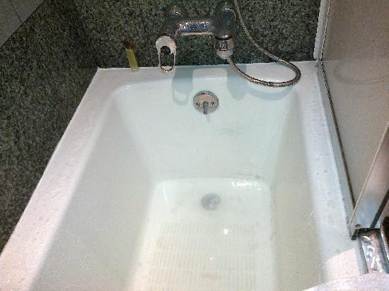 Mandarin Orchard Singapore: Backed Up Bath Tub