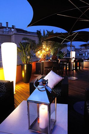 Hotel Villa Emilia: Roof terrace at night