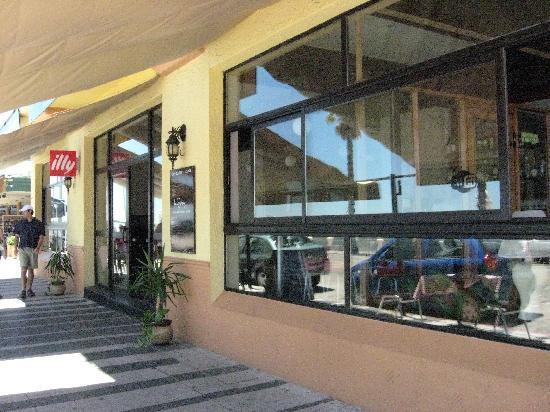 City Hotel Piriapolis: Frente sobre rambla