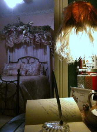 Chantilly Lace Inn: Rannon's Nest - Very Victorian