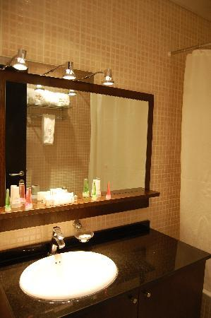 Golden Tulip Hotel de Ville: bathroom with brand new super clean bath