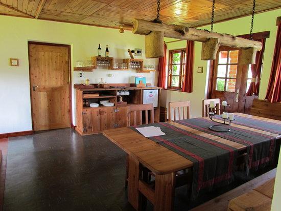 Swiss Farm Cottage : Esszimmer im Cottage für jeweils zwei Zimmer