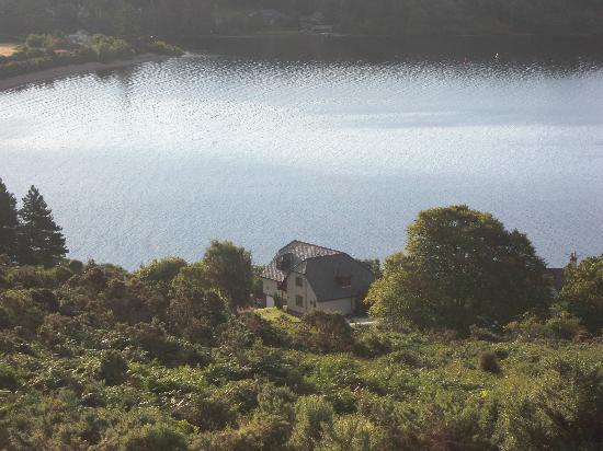 Kimcraigan B&B: Here you can see the B&B right on the shore of the beautiful Loch Ness