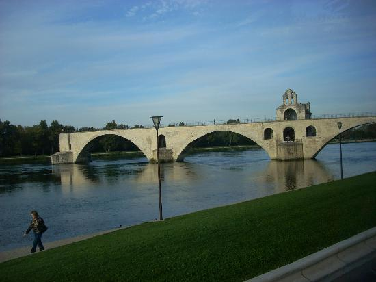 Pont Saint-Bénézet (Pont d'Avignon) : Avignon's famous bridge was built in the 12th century.