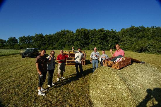 Juillac, Frankrijk: Petite coupe de champagne après le vol dans le champ d'atterrissage