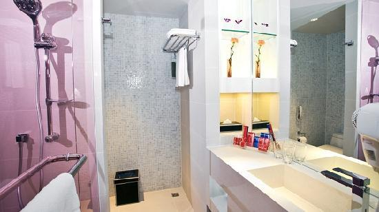 Citrus Sukhumvit 13 by Compass Hospitality: Ensuite Bathroom with Shower
