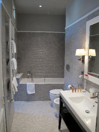 Vatican View: spacious bathroom