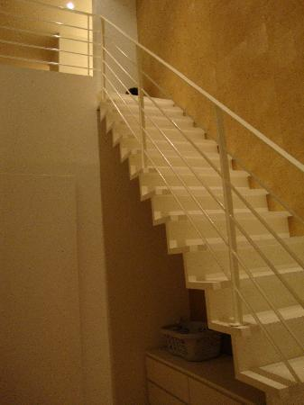 Urbanrooms: Stairs down to Room #3