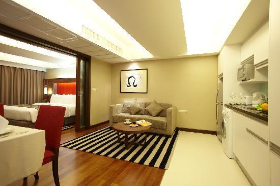 Legacy Suites Sukhumvit by Compass Hospitality: Premier Suite - Living Area