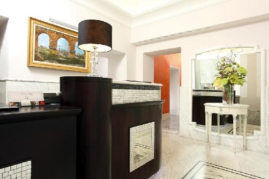 Kennedy Hotel: Reception and concierge
