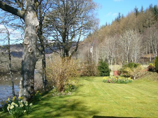 Bracadale B & B: Guest garden with river access.