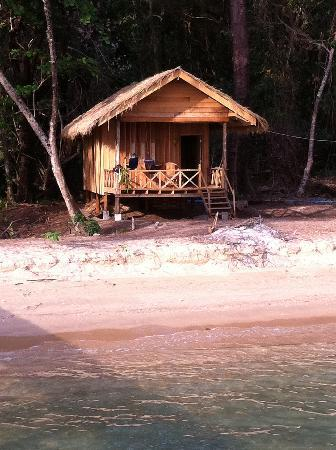 Koh Thmei Resort: bungalow am strand