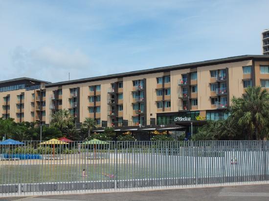 โรงแรมไวบ์ ดาร์วิน วอเตอร์ฟร้อนท์: View of the hotel and wave pool from Convention Centre
