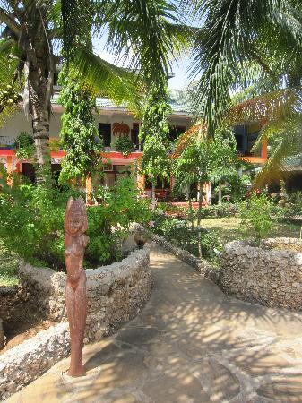 Hotel African Pearl : Path to the Entrance
